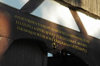 Inschrift-Scheunentor